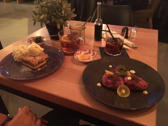 Bartoszyce, Polonya: Szarlotka z lodami i herbata - zestaw żony Tatar wołowy i Cuba Libre - zestaw męża