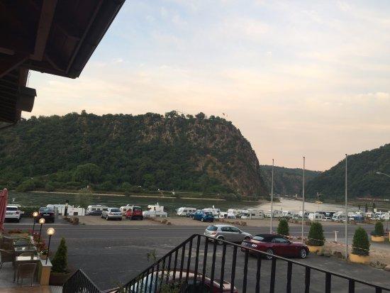 Hotel Loreleyblick: Ausgang vom Zimmertrakt, Blick auf den Parkplatz