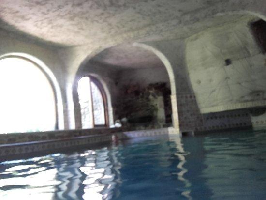 Valcebollere, France: piscine intérieure chauffée avec bain bouillonant et accés petit jardin