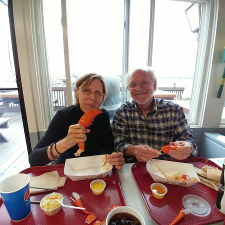 Seabrook, Nueva Hampshire: Friends eating a lobster