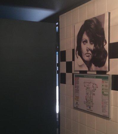 Neuilly-sur-Seine, Frankreich: Entrée des toilettes femmes