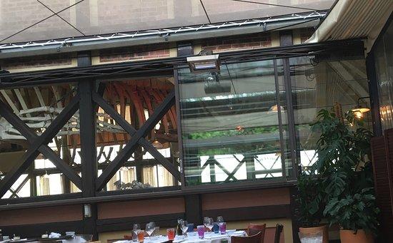 Neuilly-sur-Seine, Francia: Vue sur la salle intérieure , de la terrasse