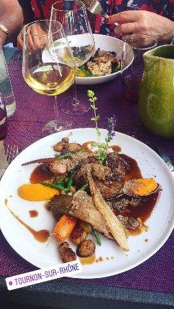 Tournon-sur-Rhone, ฝรั่งเศส: Déroulé de filet de boeuf au foie gras, légumes du coin et truffes blanches d'été ardéchoises