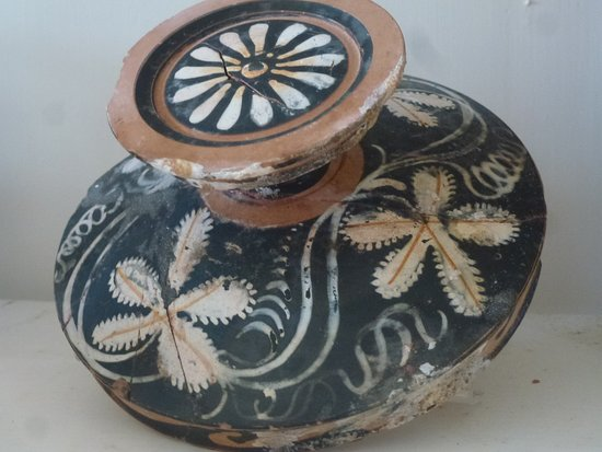 Isola di Mozia (Mothia)/ San Pantaleo: Small delicately decorated urn