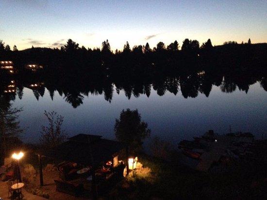 Val David, Canadá: Vue de la terrasse le soir