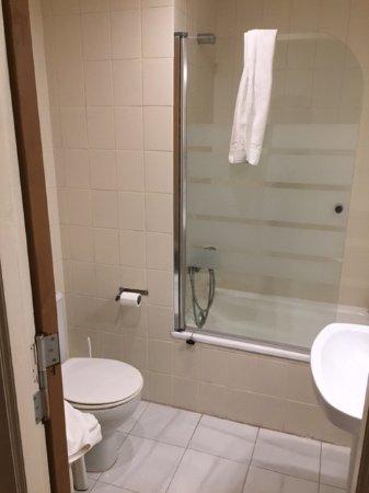 Très petite baignoire !!!! salle de bain vieillotte pour un 3 ...
