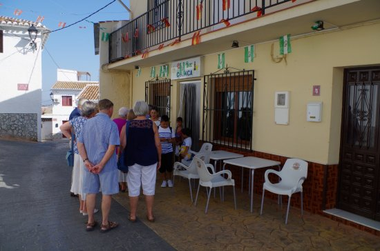 Periana, Ισπανία: Friends meet outside Bar Cuenca