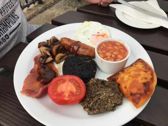 Dunbar, UK: Cold breakfast, overcooked potato scone, rubber bacon.....