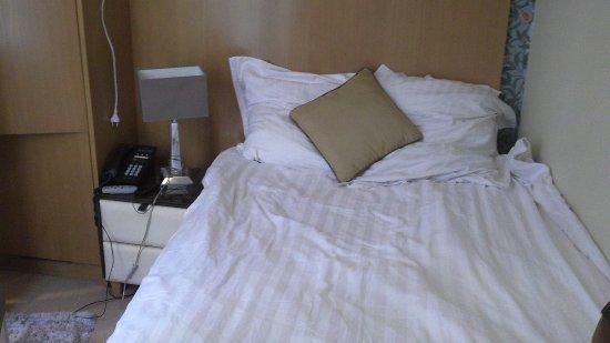 Hotel Boronali: Chambre très petite, sentiment d'enfermement.