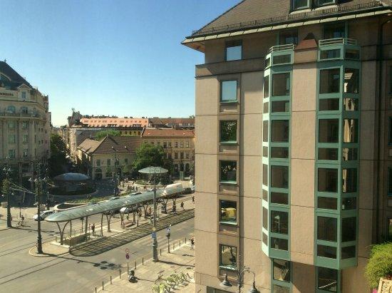 Mercure Budapest Korona Hotel: סביבת המלון מובילה לכל מקום אוטובוס רכבת מטרו ורגלי כיף❗️
