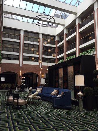 Sheraton Philadelphia Society Hill Hotel: Beautiful entrance and lobby area