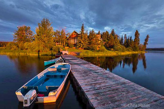 Anahim Lake, Canada: Lodge on lakeside peninsula