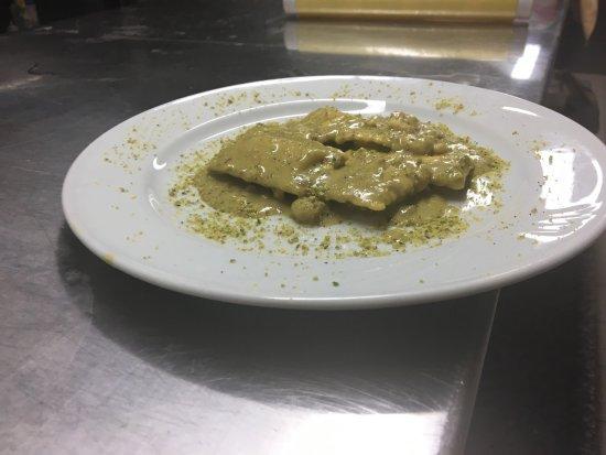 Il Faretto: Ravioli i di cernia con crema di pistacchio e gamberi