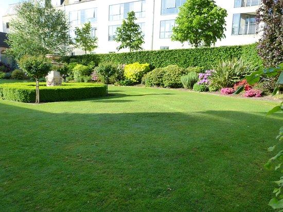 Ballymascanlon House Hotel: Enclosed garden