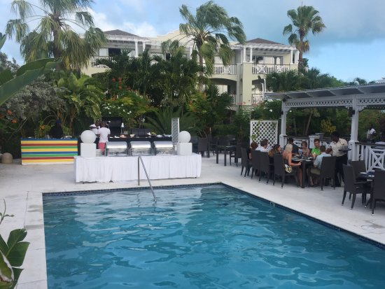 Pelican Bay Restaurant & Bar: Restaurant side, BBQ set up