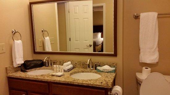 The Historic Powhatan Resort : Bathroom for second bedroom.