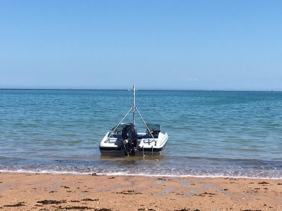 Grouville, UK: Speed boat on the Gorey beach