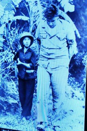 Bảo tàng Phụ nữ Việt Nam: Mulher-soldado vietnamita prendendo soldado americano