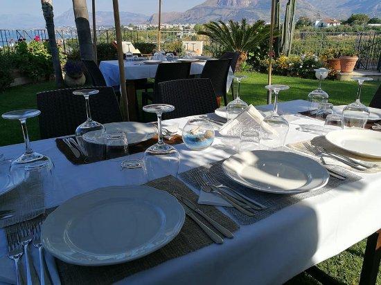 Casteldaccia, Italia: Dettagli dei nostri tavoli in giardino