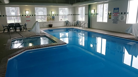 Yellowstone West Gate Hotel : Clean pool and hot tub, open 7am to 11 pm, towels provided