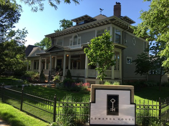 Edwards House: 2 Blocks from downtown