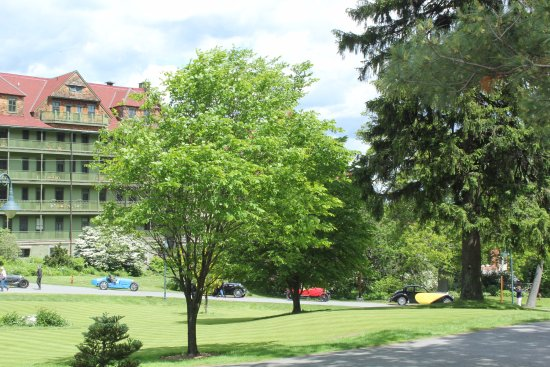 Mohonk Mountain House: antique cars arriving at Mohonk