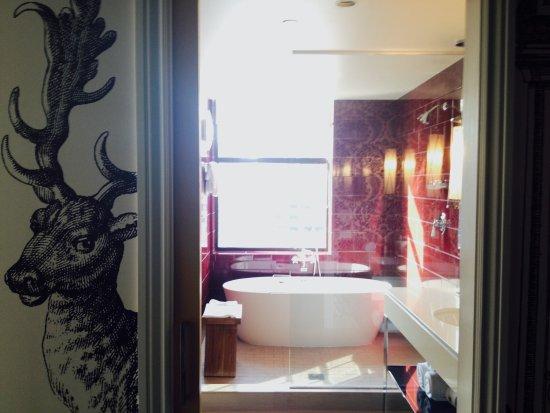 Kimpton Hotel Monaco Philadelphia: Bed and AMAZING tub in the King Corner Spa room.