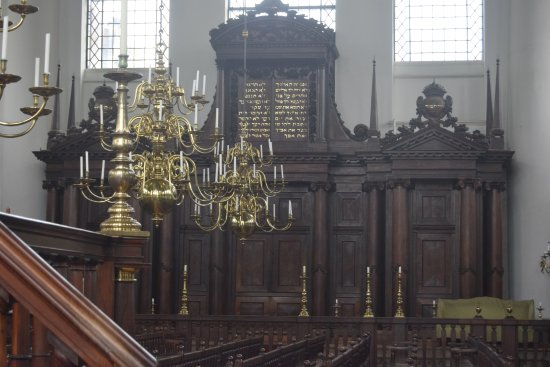 Synagogue portugaise : Can you imagine this all lite, there is no electricity in the synagogue or heat
