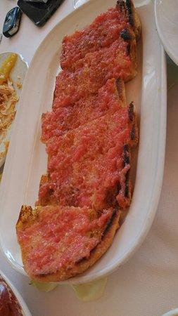 Viladecans, España: Croquetas caseras, plato de jamón con pan con tomate y paella del menú