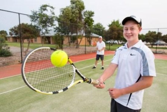 Howlong, Australië: Enjoy a game of tennis at our resort court