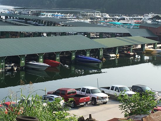 Albany, KY : This place has a prime location/setting great marina poorly cared for lodge and cabins they must