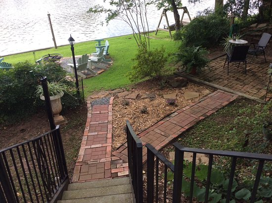 Andre's Riverview Bed and Breakfast: Steps leading to backyard and sitting area by river.