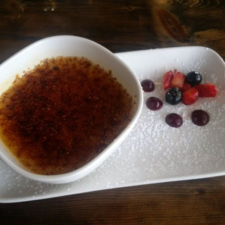 Aurora, Canadá: Maple Creme Brule with berries