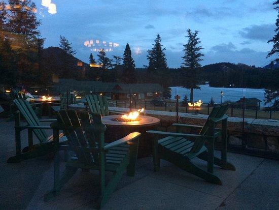 Fairmont Jasper Park Lodge: Patio area