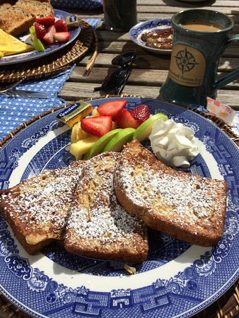 Marshall Slocum Inn: Made to order: cinnamon French toast and FRESH fruit.