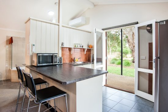 Dunkeld, Australien: Kitchen with french doors opening to a decking with views