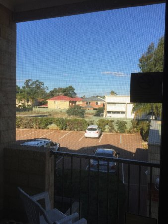 Belmont, Australie : Balcony view under down to the carpark