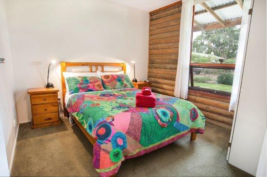Dunkeld, Australia: Main bedroom in a Standard Family cottage