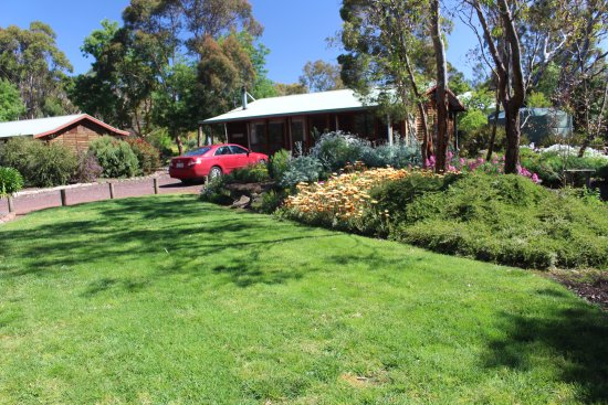 Dunkeld, Australia: Beautiful native gardens and lawn areas