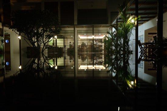 Eighth Bastion Hotel: La piscina de noche