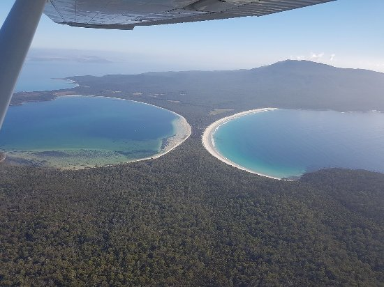 Coles Bay, Australië: Shoal and Riedle Bay at Maria Island contain a view that can not be missed!