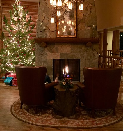 The Lodge at Breckenridge: Lobby fireplace in December is very inviting