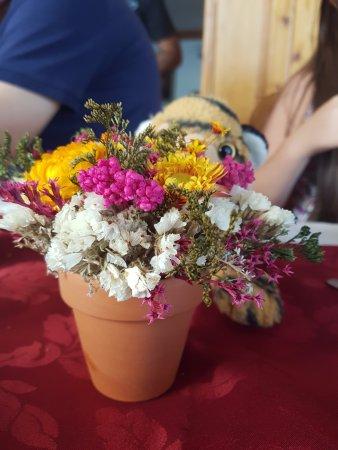 Hotel Huemul: Decoraciones florales (la mayoría llenas de polvo en las paredes)