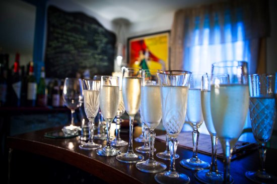 Windham, NY: Bubbles everyday at the wine bar!