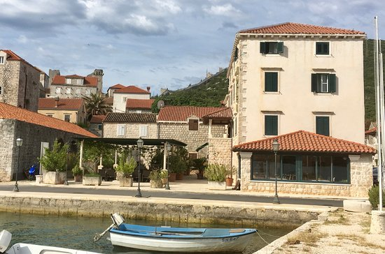 Mali Ston, Croatia: Front view (facing eastward) of the the hotel. The walls Ston can be seen in the background.