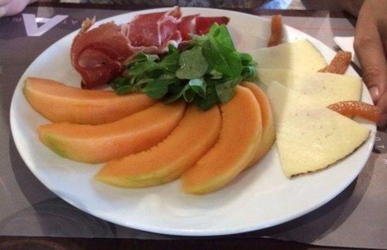Entree Au Restaurant Melon Jambon Fromage Tres Bon Photo De