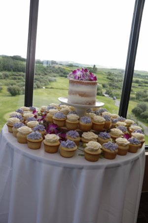 De Winton, Canadá: Beautiful views past the wedding cake table