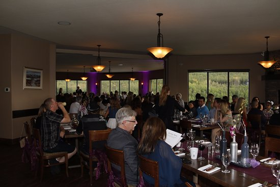 De Winton, Canadá: Dining room with guests. Large and beautiful room with great views.