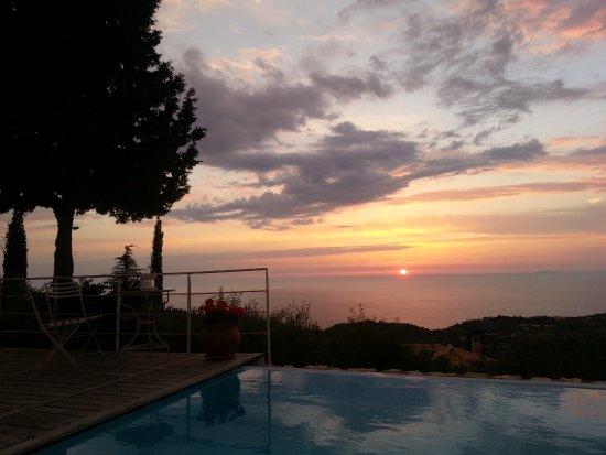 Tsoukaladhes, Yunanistan: Sonnenuntergang bei bewölktem Himmel