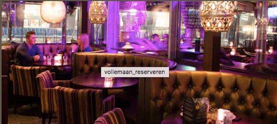 Leidschendam, Нидерланды: Gezellige ronde tafels binnen in het restaurant